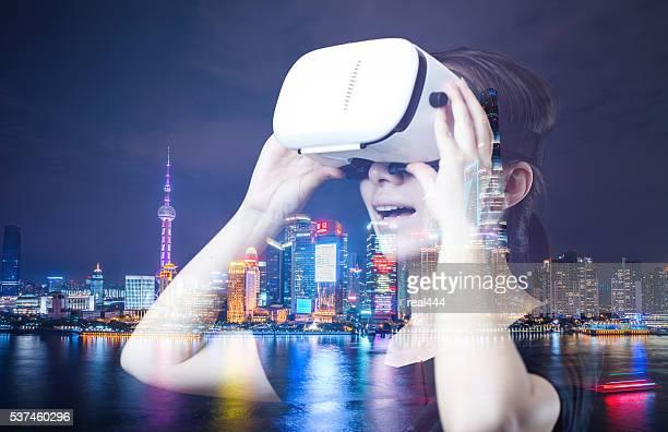Femme enfant avec le jeu de réalité virtuelle