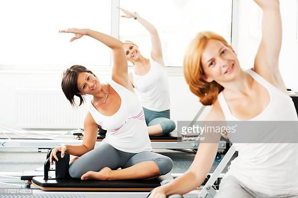 Donna facendo Pilates esercizi.