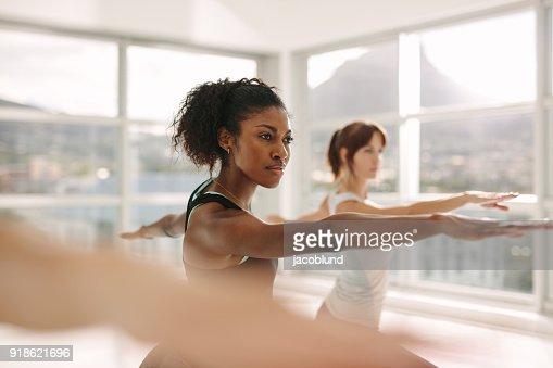 Frauen tun, stretching und Yoga Training im Fitness-Studio : Stock-Foto