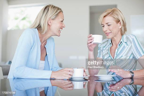 Frauen trinken Kaffee zusammen