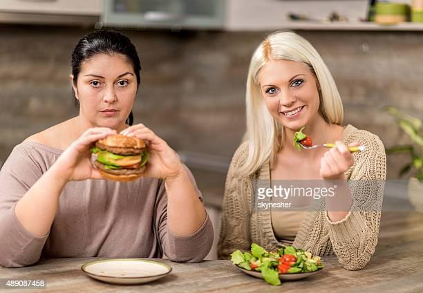 を食べる女性には、キッチンとカメラ目線ます。