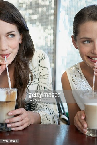 Women enjoying coffee drinks : Foto de stock