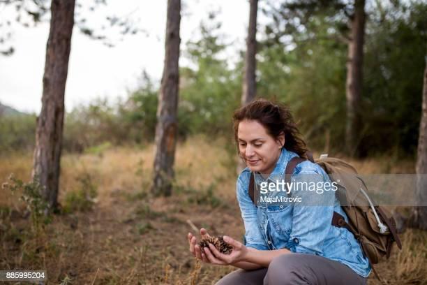 Frauen genießen Natur auf Wiese. Feld bei Sonnenaufgang.