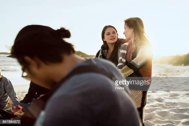 Mujeres disfrutando de vacaciones con amigos en la playa