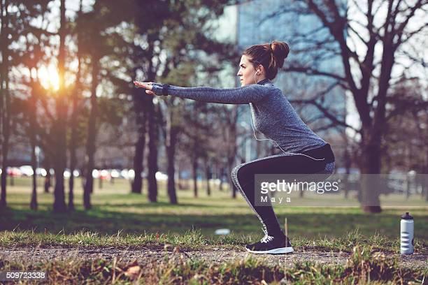 女性は市の公園でエクササイズ
