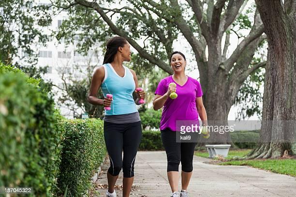 Donna esercitando nel parco
