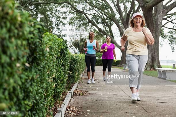 Mujeres ejercen en el parque