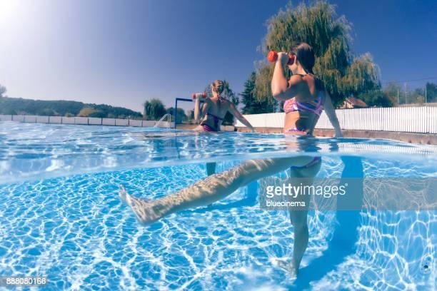 Femmes exerçant avec des haltères en piscine