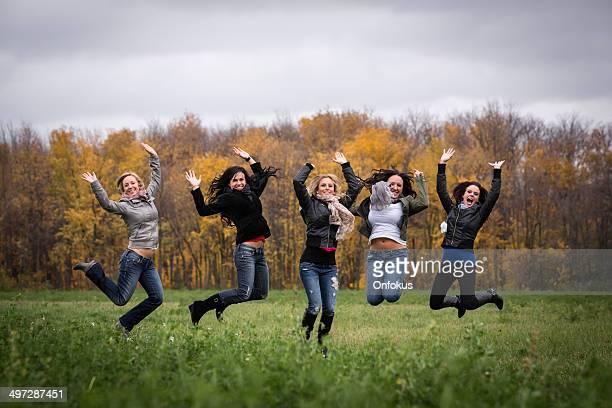 Frauen Freunde haben Spaß springen in der Luft im Freien