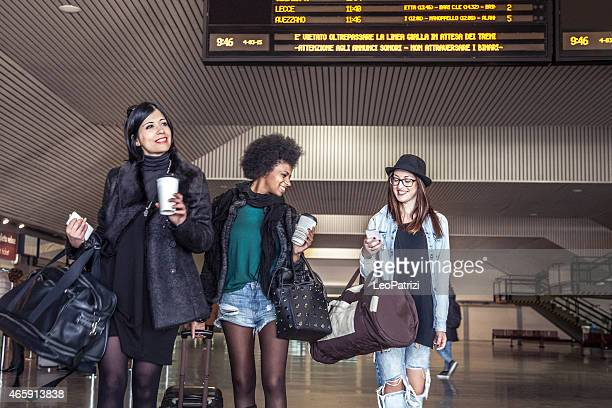 Femmes amis en quittant la gare ferroviaire