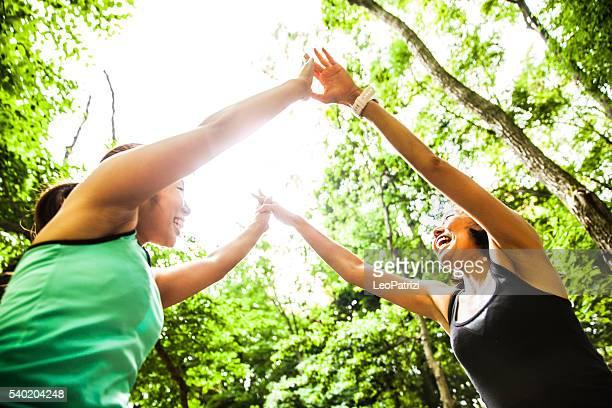 女性クイックフィット、ヨガをするの自然
