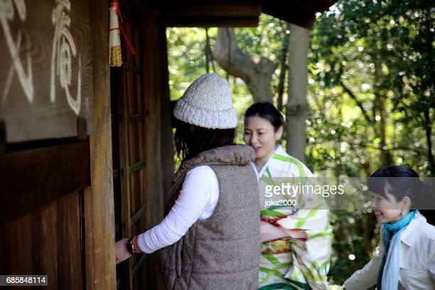 Women groupe entering cofe