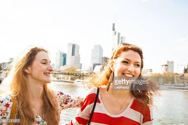 Frauen hängen in der Stadt im Frühling