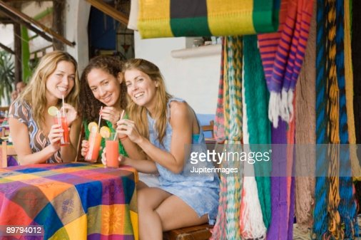 Women having drinks at outdoor cafe : Stock-Foto
