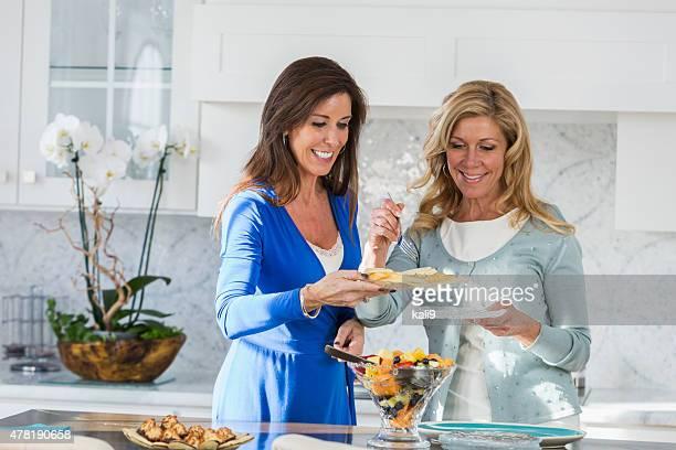 Frauen nehmen Sie sich Essen – Mittagessen