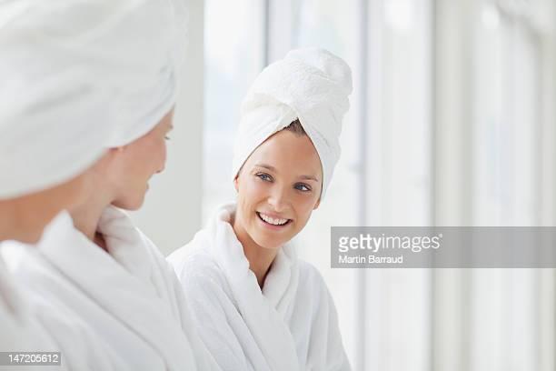 Femmes dans les cheveux, emmitouflé dans un peignoir et des serviettes de spa