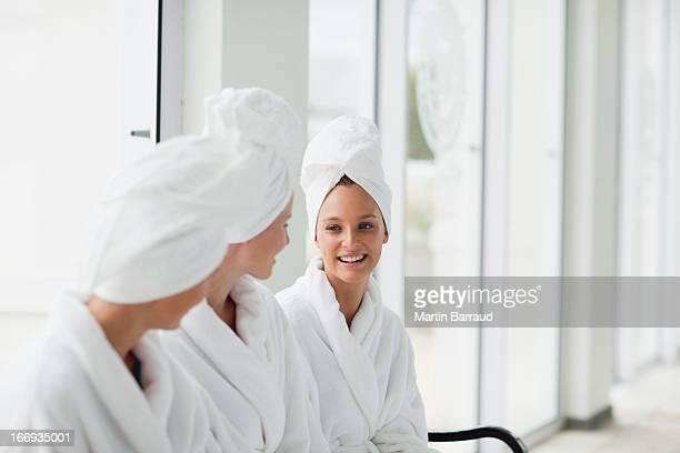 女性のバスローブ、ヘアラップにタオルでのスパ