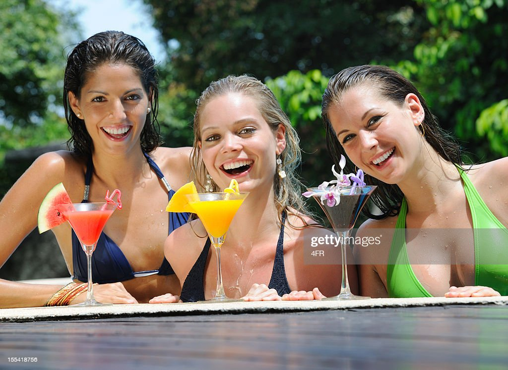 frauen im bikini trinken cocktail am pool stock foto getty images. Black Bedroom Furniture Sets. Home Design Ideas