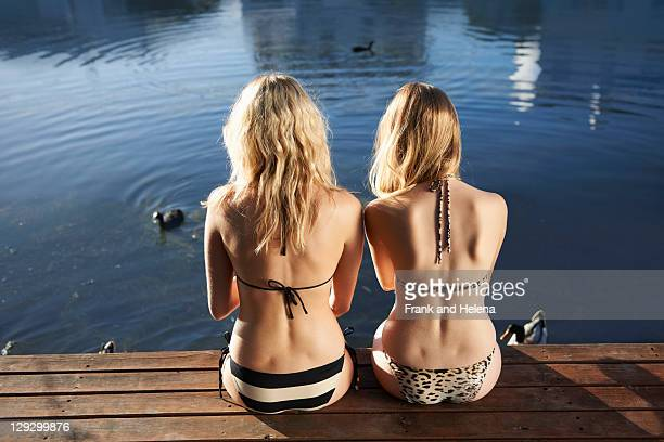 Femmes en bikini assis sur la terrasse