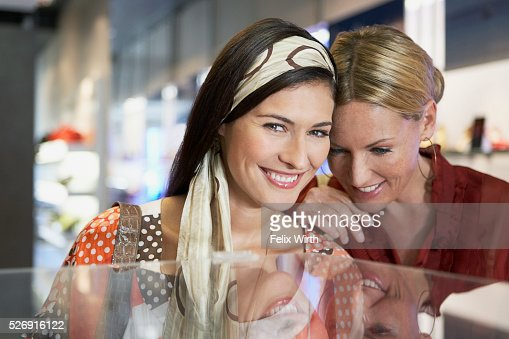 Women in boutique : Foto de stock