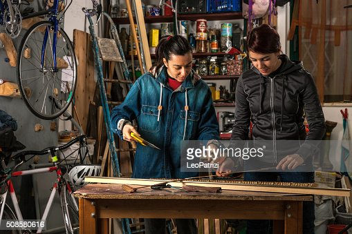 Women in business, working in a garage : Stockfoto