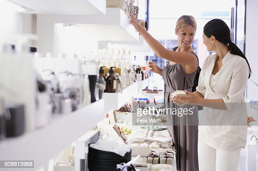 Women in cosmetics shop : Stockfoto