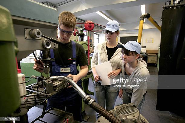 GERMANY BONN Women in male profession trial lesson for schoolgirls at the metalworking company SGL Group in Bonn Our picture shows schoolgirls in the...