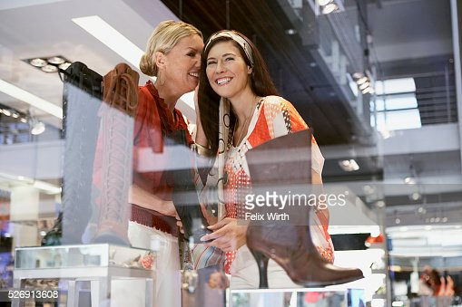 Women in shoe store : Foto stock