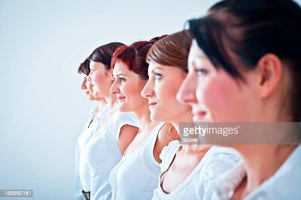 Femmes dans la rangée