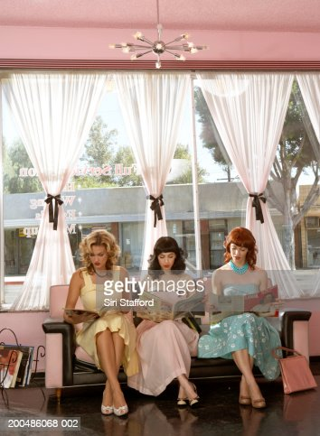 Women in vintage clothing waiting inside beauty salon : Foto de stock