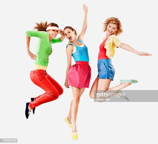 Donna saltando con coloratissimi capi