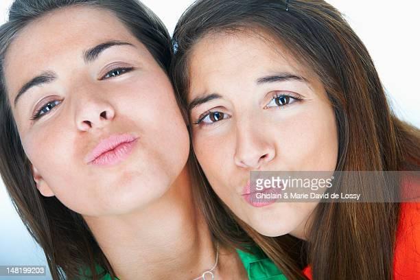 Frauen macht kissy Gesichter zusammen
