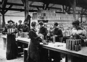 Women munitions workers in Paris