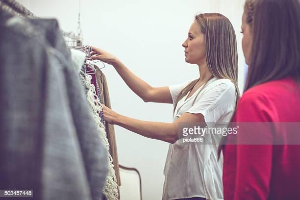 Mujeres nuevos negocios vintage tienda de ropa