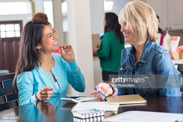 Frauen bestellen Schmuck im direkten sales-party