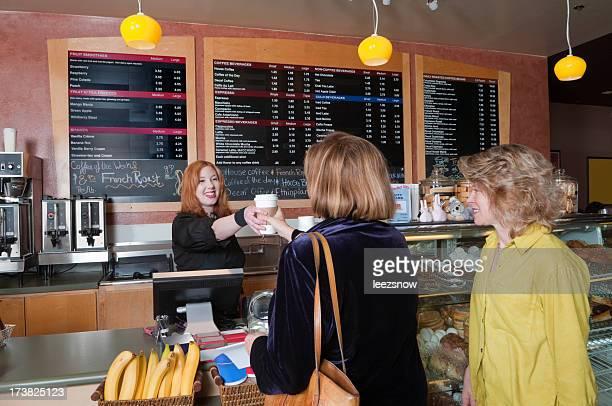 女性のためのコーヒーショップに配置