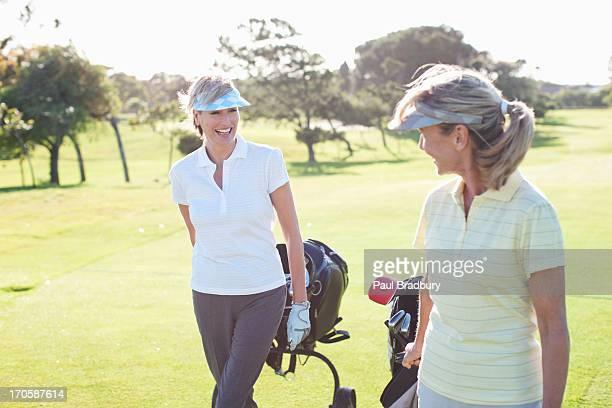 Femme jouant au golf