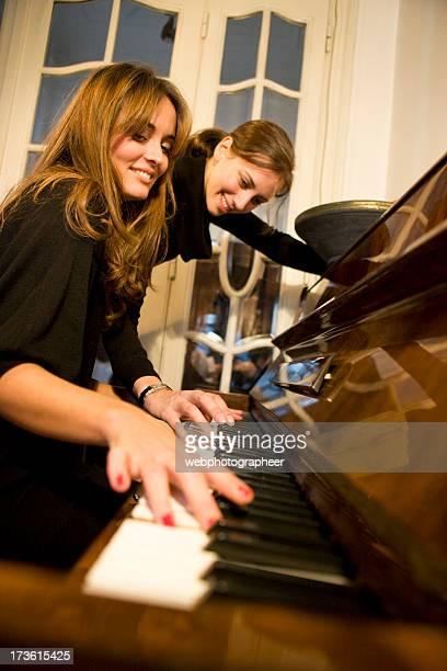 Femme jouant du piano ensemble