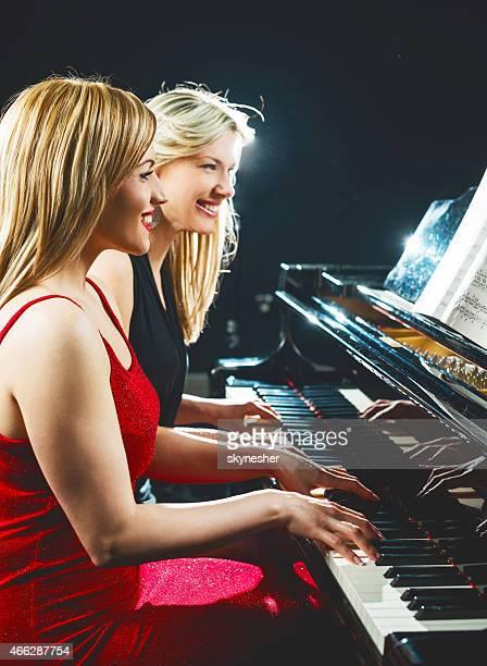 女性の演奏ピアノます。