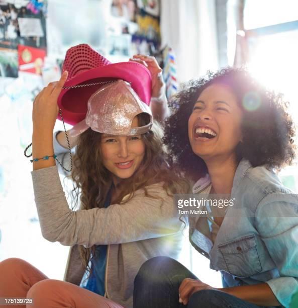 Frauen spielt mit Kappen im Schlafzimmer
