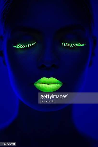 Portrait de femme en lumière fluo