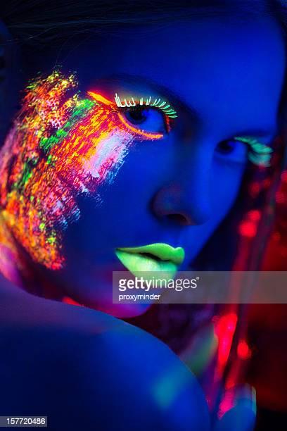 Portrait de femme avec Multi couleur éclat de lumière noire maquillage