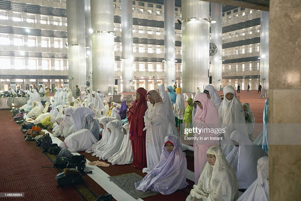 Women praying in Istiqlal Mosque : Stock Photo
