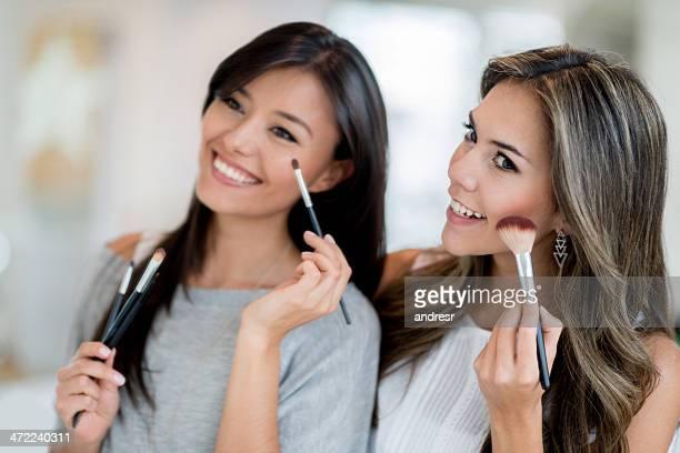 Femme mettant de maquillage sur