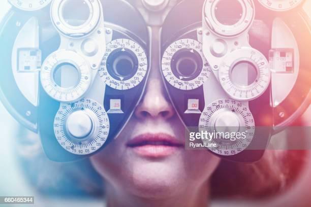 目の検査を受けた女性