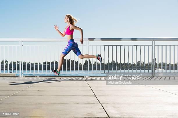 Donna correre la baia di San Diego