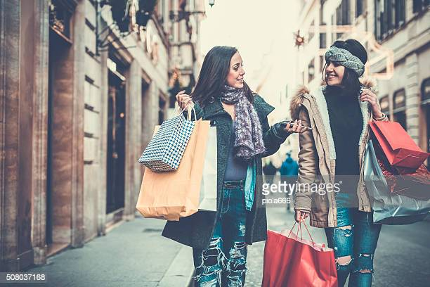 Femmes shopping durant les soldes à Rome, en Italie