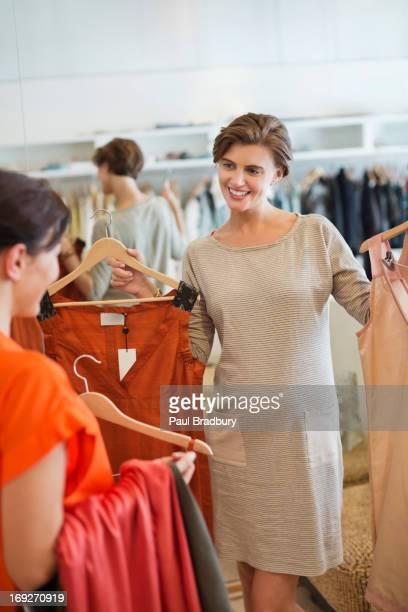Femmes shopping pour les vêtements ensemble