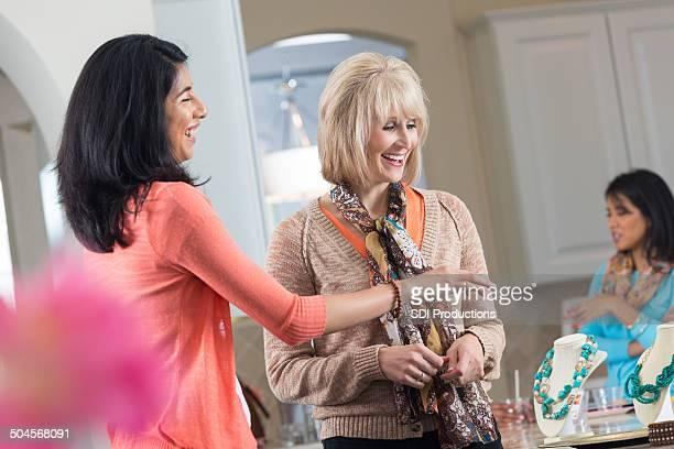 Mujeres de compras a la joyería en ventas directas hogar de