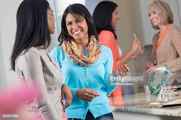 Donna shopping di gioielli insieme alla festa di vendita diretta